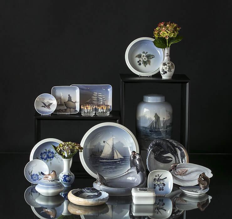 Vaser og skåle i lyseblå med blomster og maritime motiver